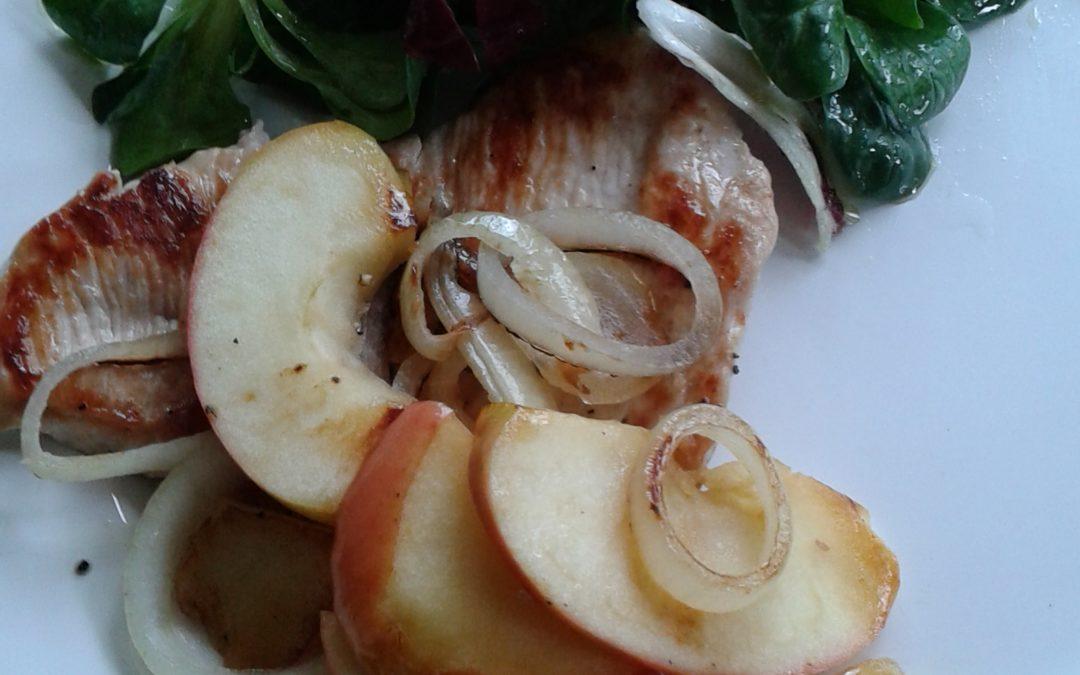 Putenschnitzel mit gedünsteten Apfelscheiben